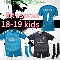 2018 2019 Real Madrid Portero balck kit para niños + calcetines Camiseta de  fútbol 18 19 Real Madrid   1 Camiseta de fútbol azul NAVAS COURTOIS  Uniformes de ... 7831f588602b0
