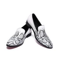 белые свадебные тапочки оптовых-Ручной работы Белый питон шаблон натуральная кожа праздничные и свадебные мужские тапочки Лоберы повседневная квартиры мокасины обувь