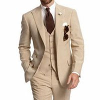 traje de tres piezas de diseño de la boda al por mayor-Custom Made Beige Men Suits Peaked Lapel 2018 Nuevo diseño Cheap Wedding Suits Three Piece Groomsmen Smokings (Jacket + Pants + Vest)