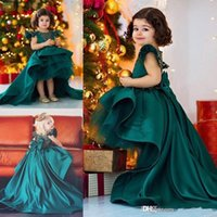yeşil hi lo organza elbisesi toptan satış-Koyu Hunter Yeşil Yüksek Düşük Çiçek Kız Elbise Düğün Saten Ve Organze Kızlar Pageant Törenlerinde Büyük Yay Sweep Tren Kızlar Doğum Günü Elbise