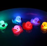 bebek ördek örtüsü yanıp sönüyor toptan satış-Lastik Ördek Banyo Yanıp Sönen Işık Oyuncak Oto Renk Değiştirme Bebek Banyo Oyuncakları Çok Renkli LED Lamba Banyo Oyuncakları