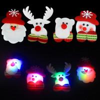 insignias de luz de navidad al por mayor-Alta calidad LED Broches de Navidad hombre nieve Santa Claus Elk Bear Pins Insignia Light Up broche de regalo de Navidad decoración del partido juguete de los niños