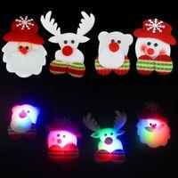 ingrosso illuminare i distintivi-Spille di Natale LED di alta qualità Uomo di neve Babbo Natale Alce Orso Pin Badge Light Up Spilla Regalo di Natale Decorazione del partito Giocattolo per bambini