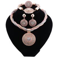 conjunto de joyas de color oro al por mayor-Dubai Gold-color Mujeres África Boda Nupcial Tricolor clásicas Conjuntos de joyería Regalo de fiesta Colgante de moda Conjuntos de collar