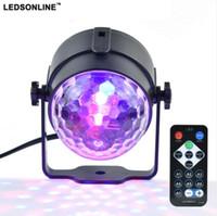 topu ledli sahne lambası toptan satış-Mini RGB 3 W Kristal Magic Ball Led Sahne Lambası DJ KTV Disko Lazer Işığı Parti Işıkları Ses IR Uzaktan Kumanda Noel projektör