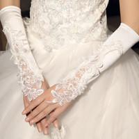 weiße fingerlose handschuhe stickerei großhandel-Perlenstickerei Spitze Brauthandschuhe auf Lager Ellenbogenlangen Perlen fingerlose Elfenbein weiße Brauthandschuhe für Hochzeit