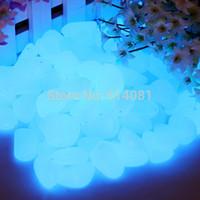 ingrosso bagliori di pietre scure blu-200pcs Sky - Blue Glow In The Dark Pietre fluorescenti Pietre Giardino Passerella Parterre Aquarium Decor