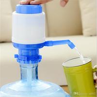 ingrosso pompe a mano d'acqua in bottiglia-Manuale di alta qualità Hand Press Bottiglia di acqua potabile Dispenser creativo Pompa Eco Friendly Home Office Tools 5 5ra jj