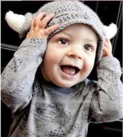 ingrosso corna di protezione della sfera-maglia Devil Vikings Cap Corno di bue Cappelli generali baby Christmas Ball Beanie Costume lana uncinetto di Natale cappello da pirata infantile foto prop