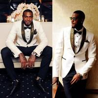 bir düğme uygun toptan satış-Beyaz Düğün Smokin Yakışıklı Slim Fit Altın Desen Laple Erkekler Için Ucuz Tek Düğme Damat Takım Elbise Ceket Pantolon Ve Mendil