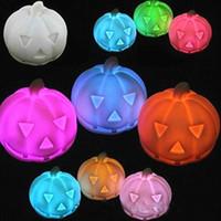 colores claros de calabaza al por mayor-Forma de calabaza Lámpara de noche Colores múltiples Luces de destello de vinilo lindas para la decoración de Halloween Luz LED Venta directa de fábrica 1 2sc B