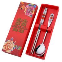 düğün kaşıkları çubukları toptan satış-Yeni Paslanmaz Çelik Yemek Çift Mutluluk Kırmızı Renk Kaşık Chopstick Konuk Için Düğün Parti Hediyeler Setleri