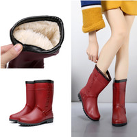 botas de lluvia de goma roja de las mujeres al por mayor-Botas de lluvia para mujer Pvc Warm Mid-calf Red 2018 con Piel Moda de invierno Zapatos de agua impermeables Plataforma Rainboots Ladies Hot