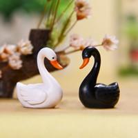 ingrosso mini figurine animali-Black White Swan Figurine decorazione mini fata animali da giardino statua miniatura Home Desk ornamenti in resina mestiere 3 cm