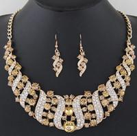 conjuntos de collar de boda india al por mayor-2018 Conjuntos de joyas de boda de cristal de plata dorada para mujeres Joyas de fiesta de novias Pendientes de collar de novia indio de lujo Conjuntos 6 colores