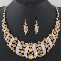 gelin takıları toptan satış-Kadınlar için 2018 Altın Gümüş Kristal Düğün Takı Setleri Gelinler Parti Mücevherat Lüks Hint Gelin Kolye Küpe Setleri 6 Renkler