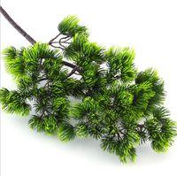 kieferndekoration großhandel-5Pcs Kiefer Zweige Künstliche Kunststoff Pinaster Pflanzen fallen Weihnachtsbaum Dekoration Blumen Anordnung Blätter Kranz