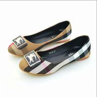 frauen plastik pantoffel großhandel-Berühmte Designer hochwertige Pantoffeln Damenmode Logo geprägt Leder Rutsche Sandalen und Kunststoff Gummi Strand Frauen Flip-Flops128-909