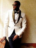 balo altın kravat uygun toptan satış-Son Tasarım Fildişi Damat Smokin Custom Made Altın Şal Yaka Erkek Balo Suit Düğün Groomsmen Takım Elbise (Ceket + Pantolon + Kravat)