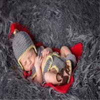 coole babyhäkeln großhandel-Super Cool Newborn Fotografie Requisiten General Costume Crochet Gestrickte Baby Rüstung Cape Hosen und Schuhe Set Baby Foto Requisiten