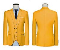 trajes de fiesta de color amarillo para los hombres al por mayor-Brand New Yellow Three Piece Groom Smokings Muesca Solapa Un Botón Hombres Blazer Hombres Negocio Traje de Prom Formal (Chaqueta + Pantalones + Tie + Vest) 1172