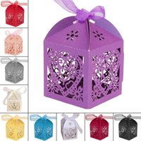 kalp kutuları kurdeleler toptan satış-WITUSE Toptan 100 adet / grup Hollow Kalp Lazer Kesim Yanardöner Kağıt Şeker Kutuları Kurdele Ile Düğün Favor