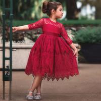 robes de fille de fleur rouge pleine longueur achat en gros de-Belle rouge foncé une ligne de longueur de thé fille de fleurs robes pour le mariage bijou à manches longues en dentelle pleine robe de fête d'enfants