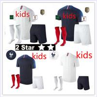 jerseys para niños baratos al por mayor-18 nuevos parches para campeones Maillot de Foot enfant 2018 niños de fútbol francés baratos 2 estrellas etoiles Equipe de fr uniformes kits para niños franceses
