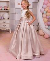 белый пол длина детские платья оптовых-Две части дети платье белый топ и шампанское юбка кружева цветочница платья для свадьбы длина пола ребенка День Рождения платье 17flgB447
