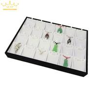 display weißes kunstleder großhandel-24 Anhänger Ausstellungsstände Tablett Weiß PU Kunstleder Ohrringe Halskette Display Show Case Organizer Tray Box