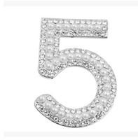 accesorios de corsage de oro al por mayor-Número 5 Broches de Diseño de Oro de Plata Crystal Ramillete de Perlas Broche Bufanda Buckle Para Mujeres Traje de Camisa Accesorios Joyería de Prom