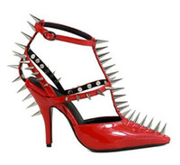 tiras sapatos vermelhos venda por atacado-Couro 2020 Primavera Dress Shoes Fashion Week Spikes Rivet Salto Alto estilo estranho Sandals Patent Red T-Strap Pumps Mulheres Toe sapatos bicudos