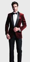 chaqueta roja para hombre solapa negra al por mayor-2017 Nuevo Elegante Rojo / Azul real / Negro Velvet Groom Tuxedo Jacket Negro de la solapa para hombre Blazer Slim Fit Traje de trajes de boda de los hombres V6