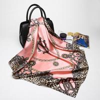 châle rose achat en gros de-Rose Léopard Hijab Écharpe Femmes De Luxe Marque Écharpes En Soie Foulard Carré Tête Wraps 2017 Nouvelle Mode Châle Fabricant 90 * 90 cm