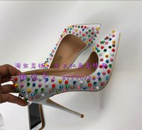 gelinler beyaz pompa düğün ayakkabısı toptan satış-Renk perçin yüksek topukluMulticolor Çivili Beyaz Yüksek Topuklu Pompalar Kadınlar Için Çivili Düğün Ayakkabı Gelin Kırmızı ...