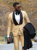 meilleurs vêtements achat en gros de-Meilleur Design Or Hommes Mariage Smokings Noir Châle Revers Un Bouton Mariée Tuxedos Hommes Mariage / Prom / Dîner / Robe Darty (Veste + Pantalon + Cravate + Gilet) 83