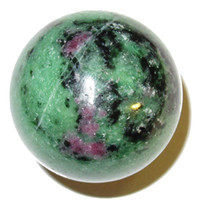 massagem decoração venda por atacado-DingSheng 40mm Natural Rubi Zoisita Esfera De Cristal De Quartzo Verde Rubi Bola Anjo Chakra Orb Minerais Cura Massagem Decoração de Casa Presente
