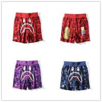 xxl pantalones de playa para hombre al por mayor-Pantalones cortos de marca Pantalones de playa para hombre Pantalones de playa con pantalones cortos de tiburón Pantalones de diseñador de moda de camuflaje Cartas Longitud de la rodilla Pantalones sueltos M-XXL 3 colores