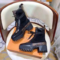 zapatos de tacón medio de satén negro al por mayor-ARRIBA Desfile de moda Botas de Martin de fondo grueso Adornos de lona 5 CM tacón Mujeres de lujo Diseñador Love arrow Medalla Botines de talla 10