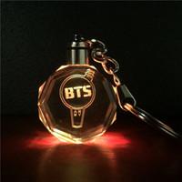 ingrosso portachiavi per giocattoli-Kpop Bangtan Boys BTS Light Stick LED Cambia colore Portachiavi in cristallo Portachiavi Modello Toy Collezione regalo