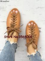 sandalias marrones peep toe al por mayor-Cordones Peep Toe Marrón Sandalias de cuero Casual Roma Diseñado Pisos Sandalias Gladiador Mujer Ocio Zapatos Mujer más el tamaño 42