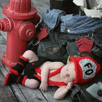 neugeborenes baby häkelarbeit kleidung großhandel-Redblack Farbe Infant Baby Boy Crochet Feuerwehr Fotografie Requisiten Neugeborenen Feuerwehrmann Outfits Baby Häkeln Kleidung