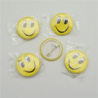 diversión del botón al por mayor-50 unids Smile Face Badges Pin en el Botón Broochs Smiley Face Icons Sonrisa Ojos Abiertos Diversión Insignia DIY Accesorios de la joyería