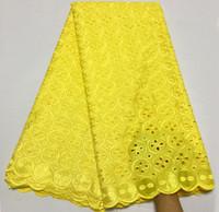 nigerianische baumwollspitze großhandel-Neueste Nigerian Yellow Afrikanisches Spitzegewebe Hohe Qualität Für Männer / Frauen Baumwolle Trockene Spitze Stoff Schweizer Voilespitze In Der Schweiz