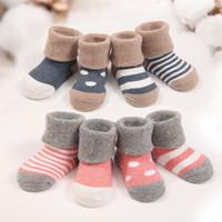 sapato de meia bebê fofo venda por atacado-12 pares / lote inverno quente bebê meias bonito macio outono bebê recém-nascido meninas meias listras pontos bebê menino sapato meias