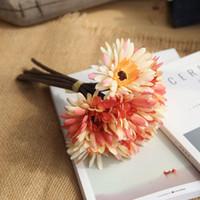 marguerites de bouquets de mariage artificiels achat en gros de-Simulation Chrysanthème Flores Bouquet Élégant Artificielle Faux Fleur En Soie Tissu Daisy Africain Fleur Pour La Fête À La Maison De Mariage Décor 8 2fh BB