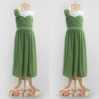 vestido de dama de honor flor correa para el hombro al por mayor-Vestidos de dama de honor de verde oliva lindo para bodas Correa de un solo hombro floral plisado corpiño Vestidos de dama de honor de longitud completa de una línea
