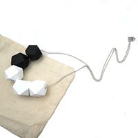 cuentas blancas de madera al por mayor-Bola blanca negra Joyería geométrica Cuentas de madera Collar minimalista moderno colgante boho tribal NW141