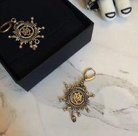 crystal skull charm großhandel-Punk Ohrring MC-Stud britische Marke Klassische Schädel Ohrring LOGO Quasten Frauen Party Ohrring Trendy Kristall Schmuck