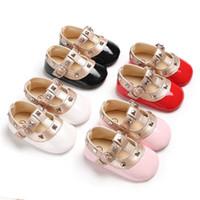rebites de gancho venda por atacado-Bonito recém-nascido menina primeiro caminhantes studs sapatos de couro de patente para 3 ~ 18 m bebê rebites T-bar bebê sapatos gancho laço rosa pré-walkers